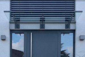 Panther Glas - Espada: Vordach aus Glas mit Schwertern